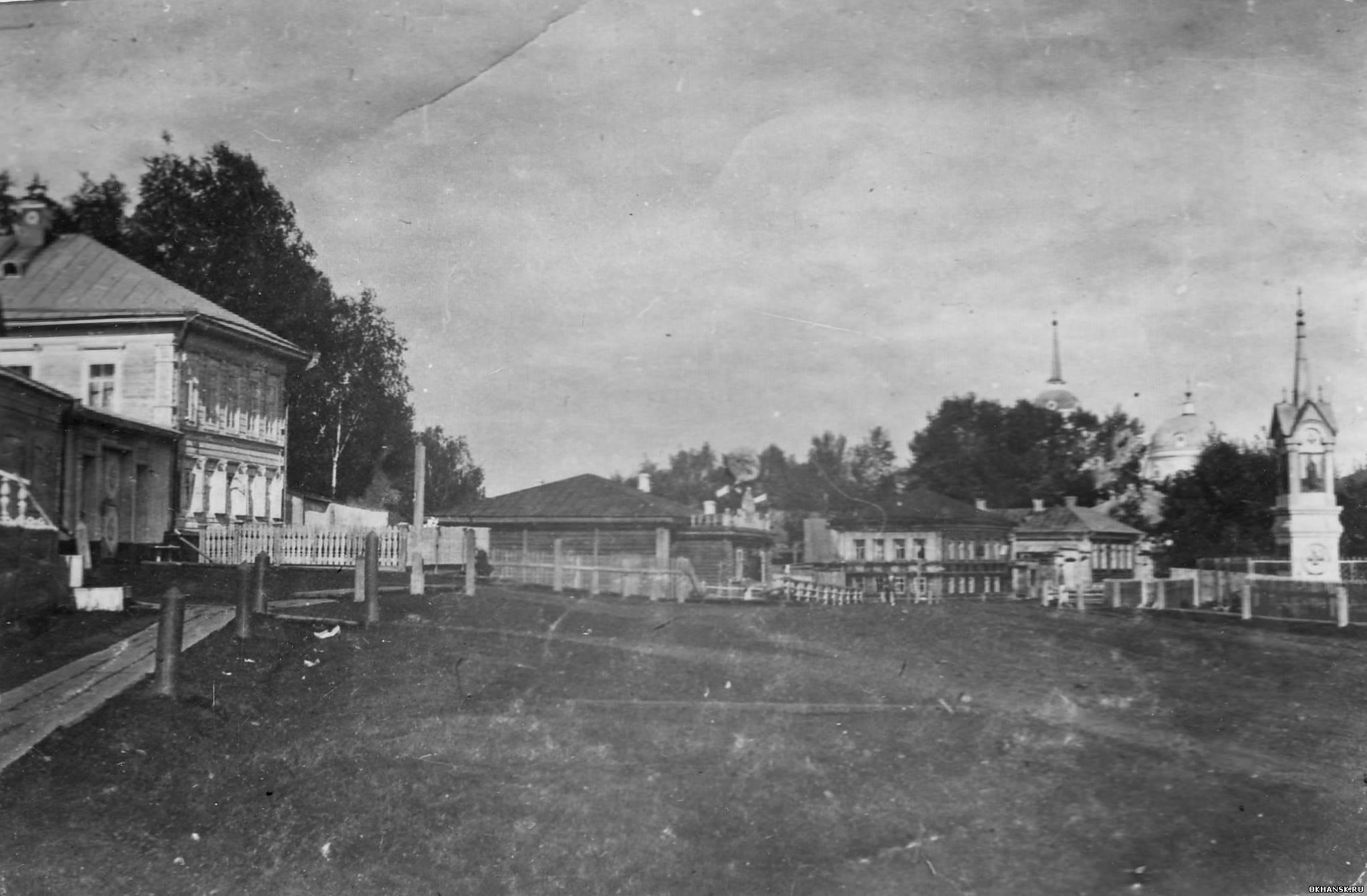 Вид с Пермской улицы на собор и памятник царю