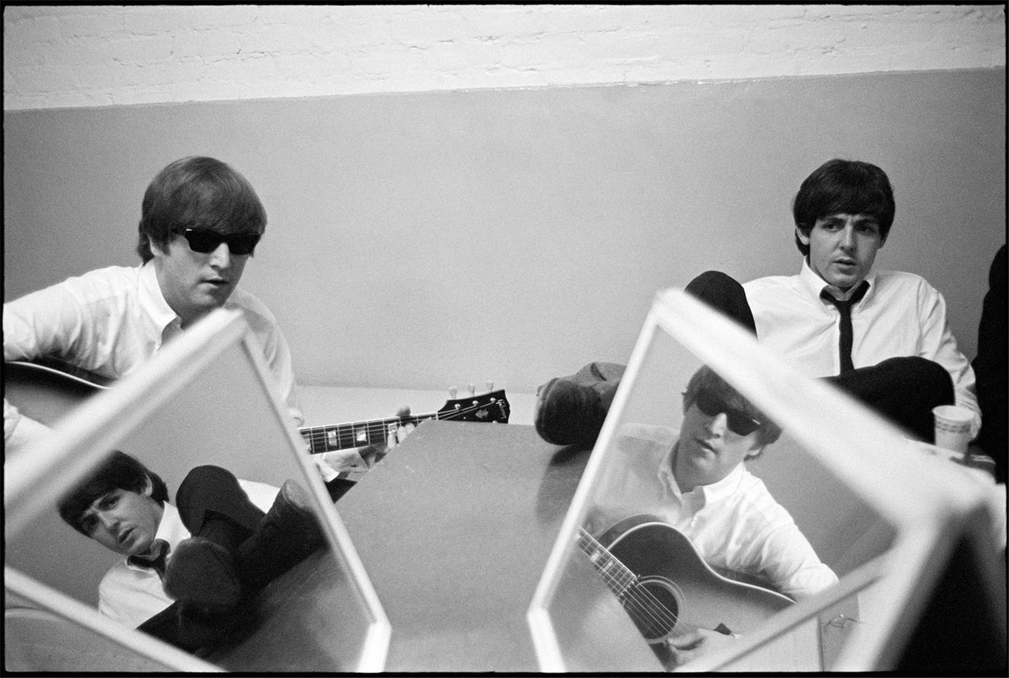 1964. Джон и Пол с зеркалами