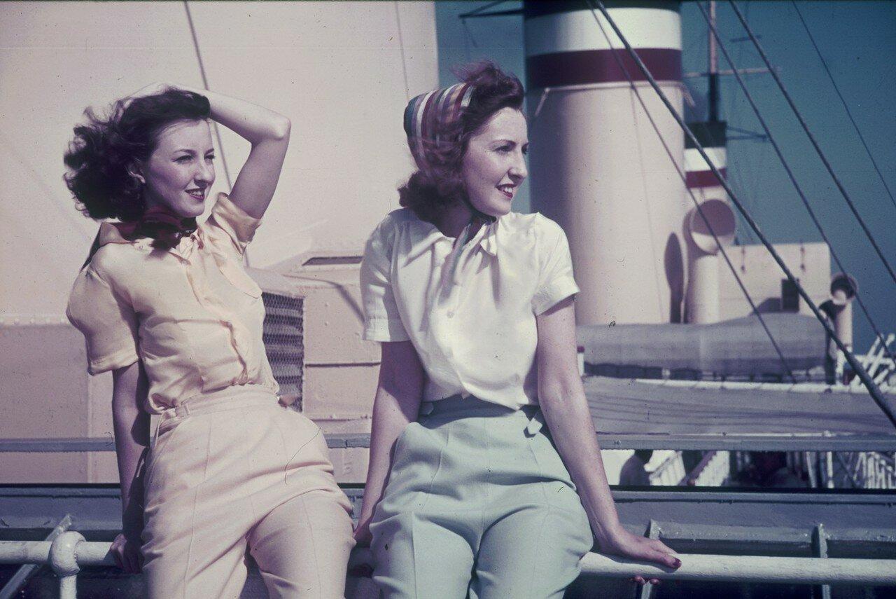 Две молодые женщины на палубе пассажирского судна