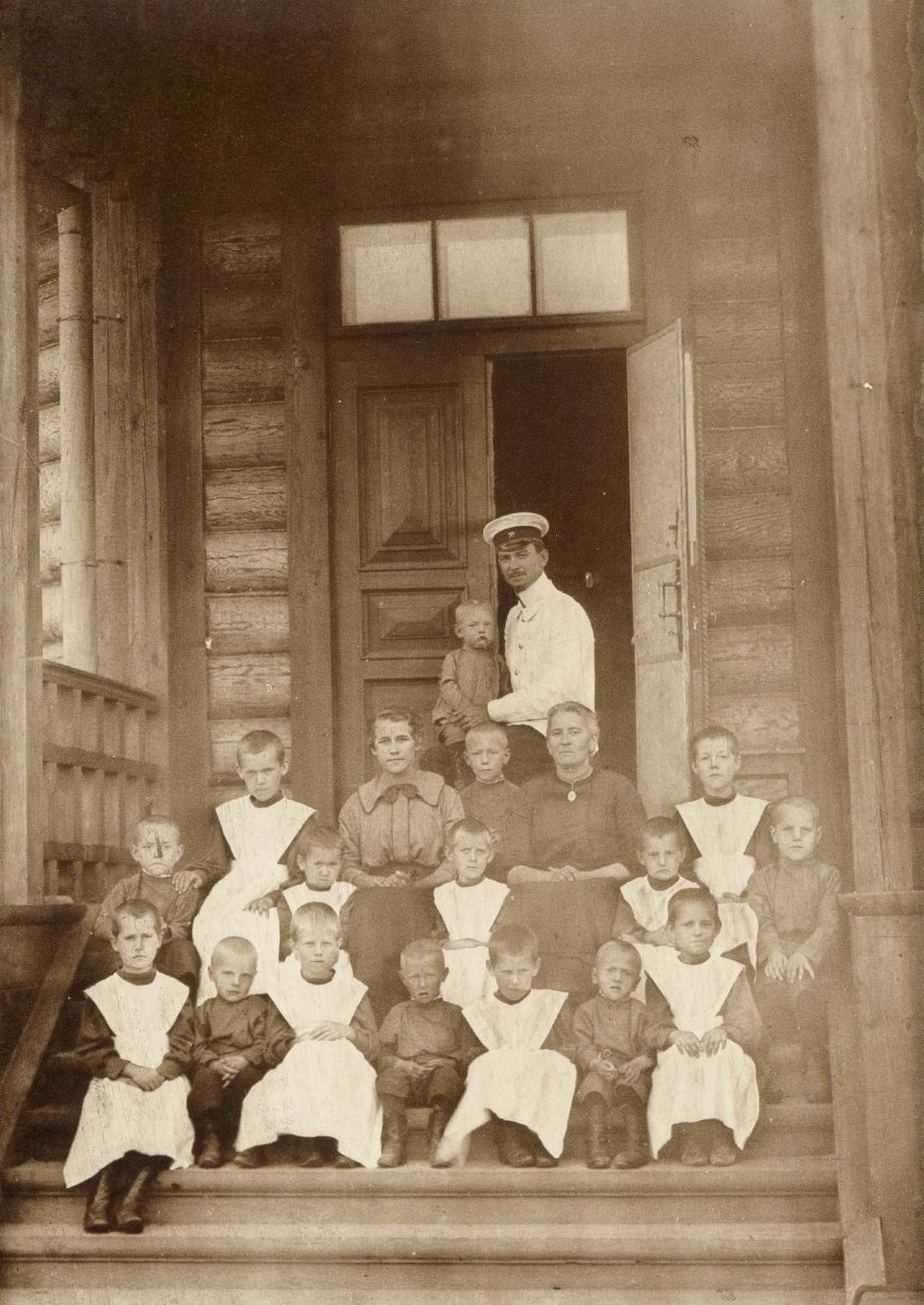 Здание детского приюта. Группа призреваемых детей