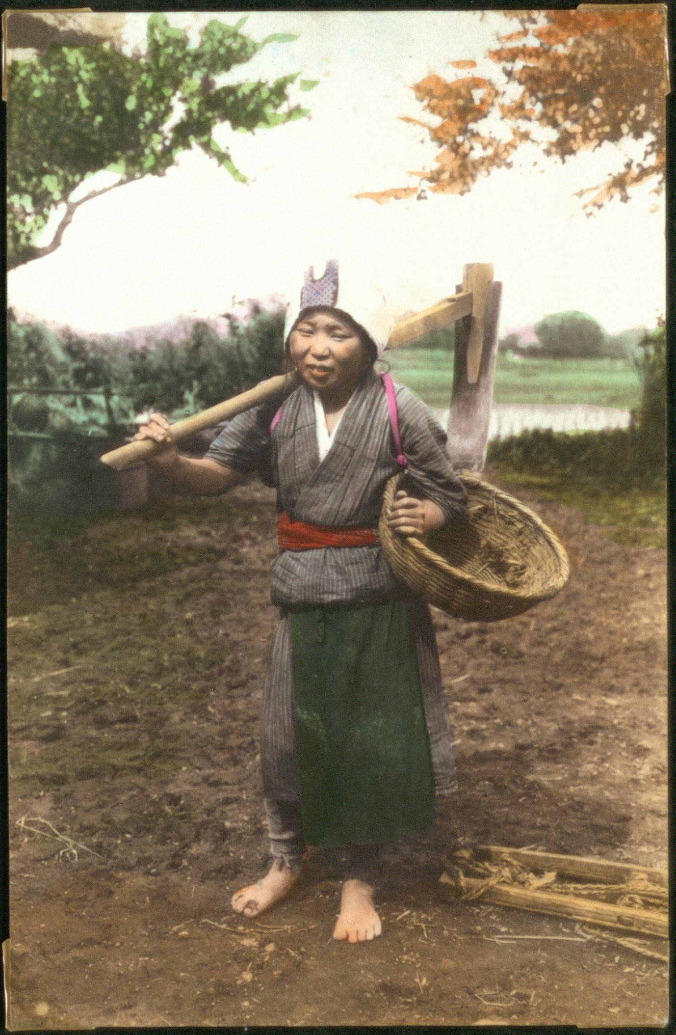 Женщина с мотыгой и корзиной