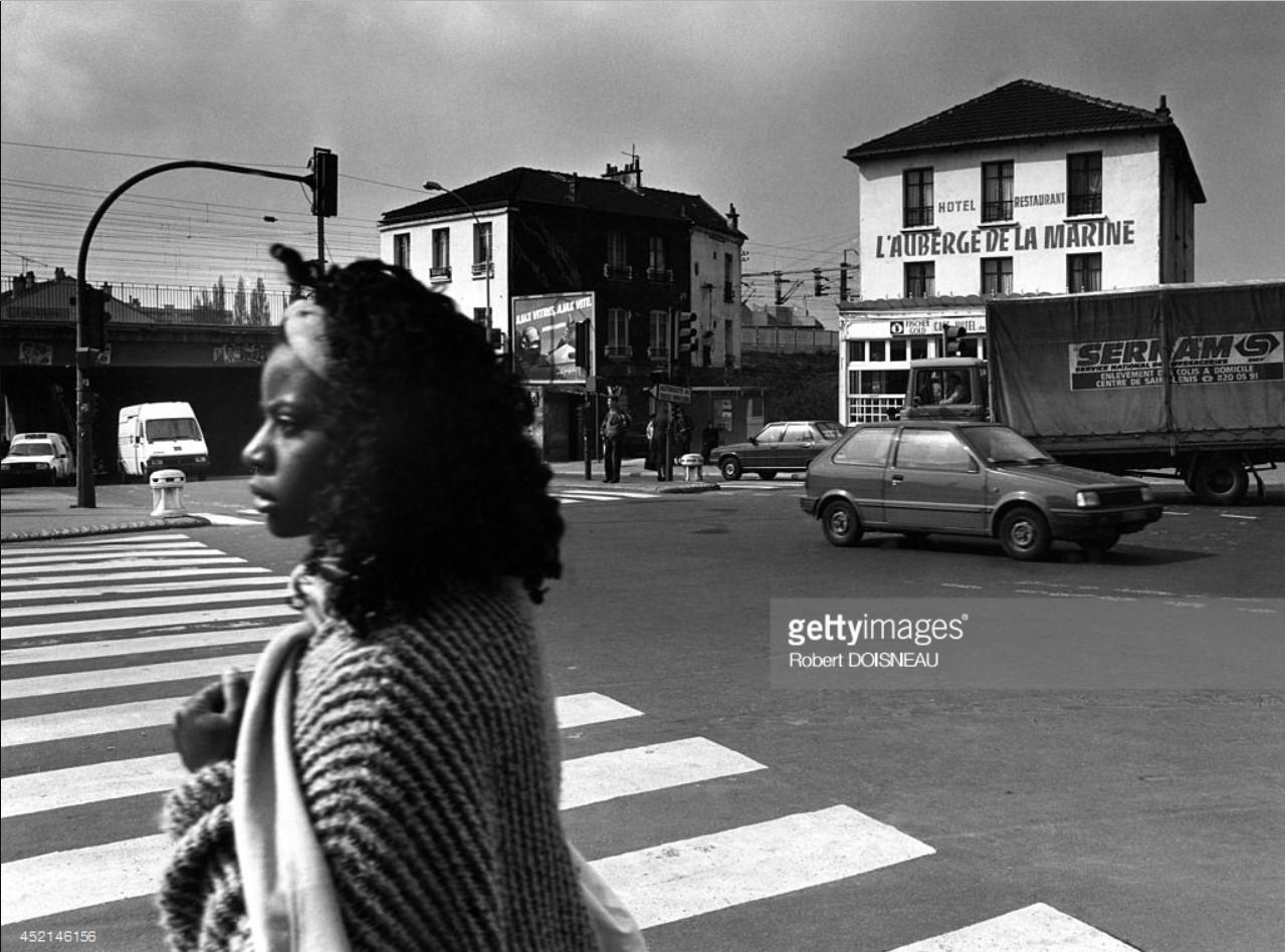 1987. Женщина, пересекающая улицу в Сен-Дени
