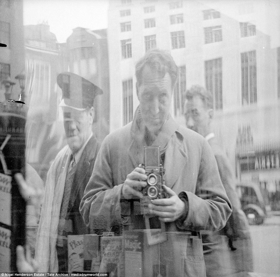 Автопортрет Найджела Хендерсона в виде отражения в зеркале