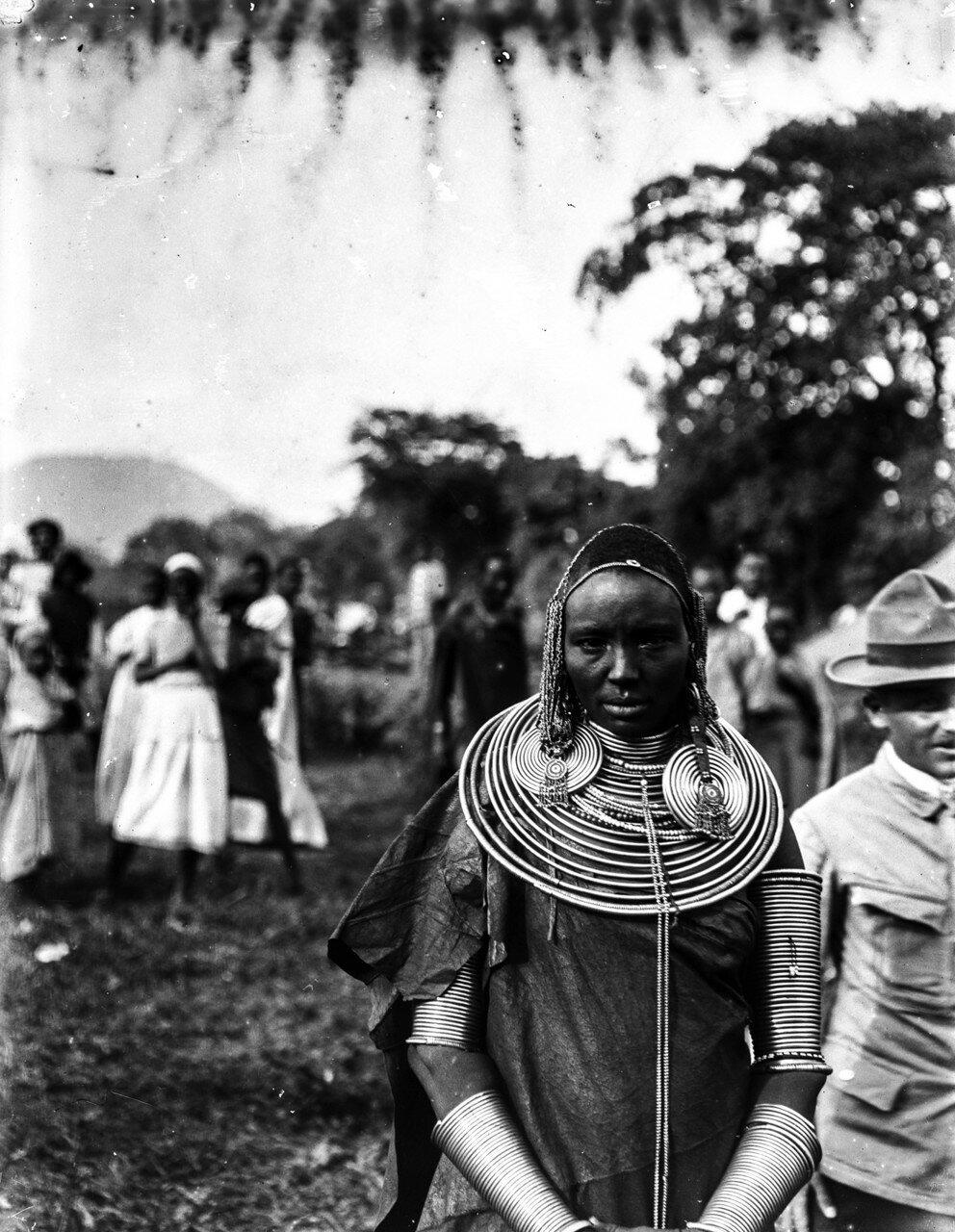 221. Женщина масаи в украшениях