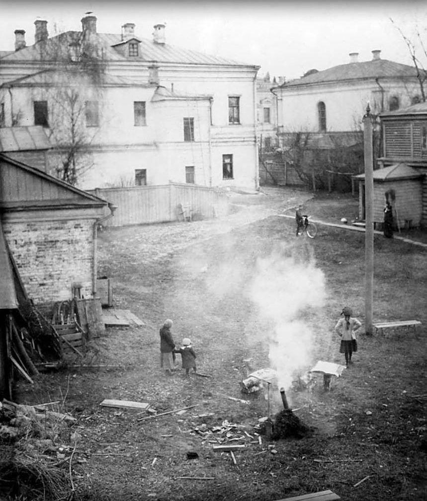 Двор дома Щаповых на Ново-Басманной улице.1913