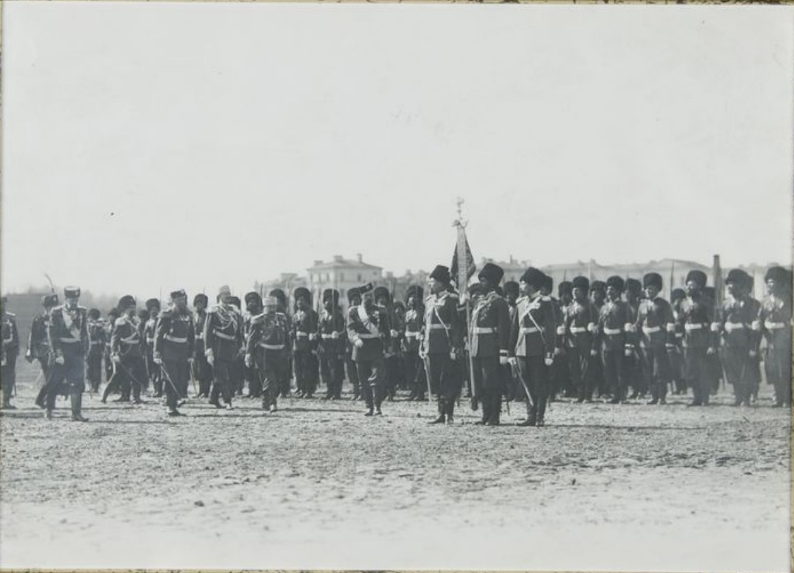 Фото обхода Государем Императором рядов 1-й Уральской сотни Лейб-Гвардии Сводно-Казачьего полка во время парада на Марсовом поле.1900-е