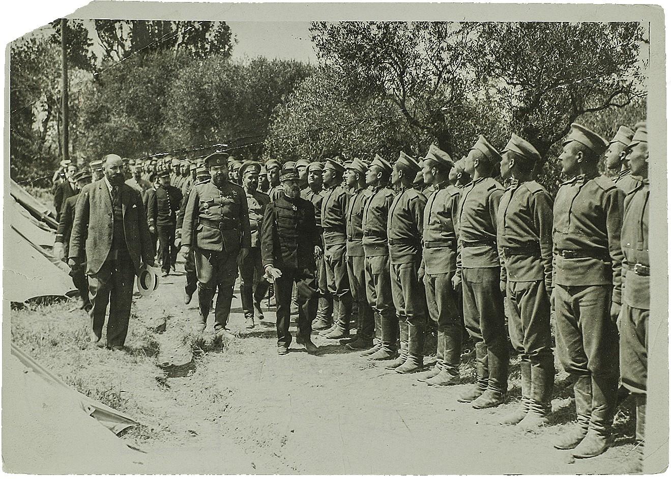 Фото обхода помощником военного агента во Франции полковником Ознобышиным Дмитрием Ивановичем с представителем французского командования построения частей Экспедиционного корпуса