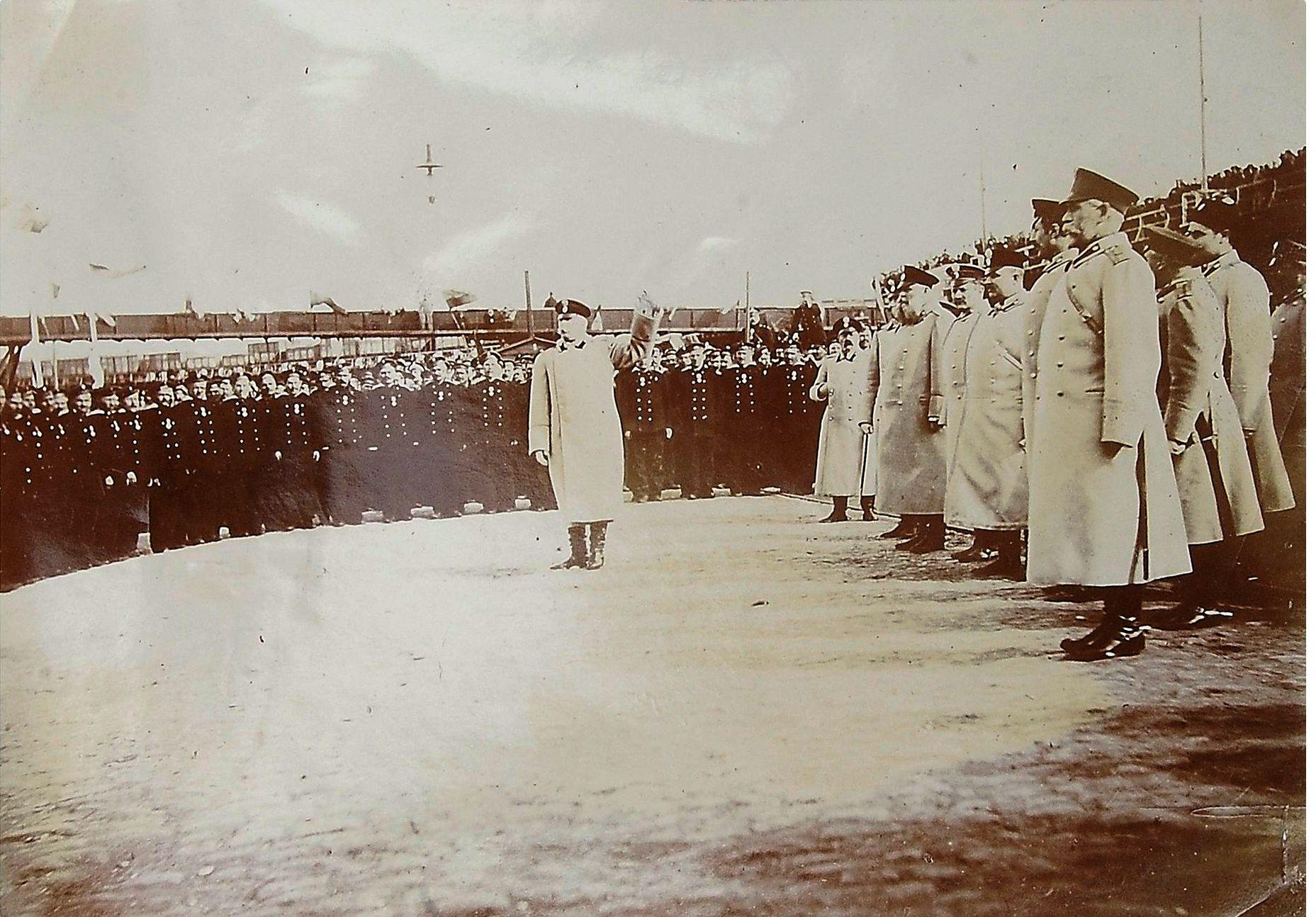 Фото приветствия командующего войсками Одесского военного округа генерала от кавалерии барона А. В. Каульбарса моряков «Варяга» и «Корейца» по их прибытии в Одессу.