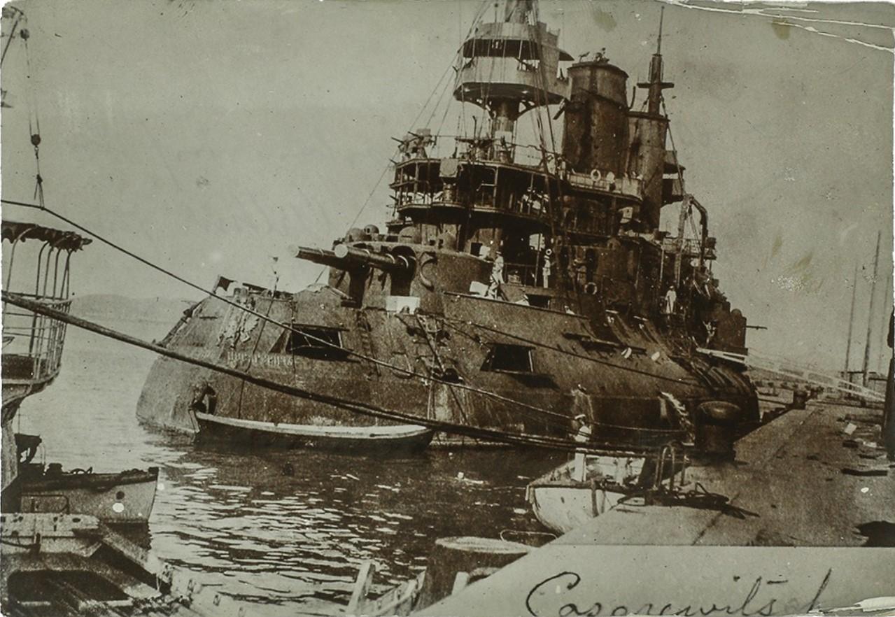 Фото эскадренного броненосца «Цесаревич», пришвартованного у стенки после боя в Желтом море