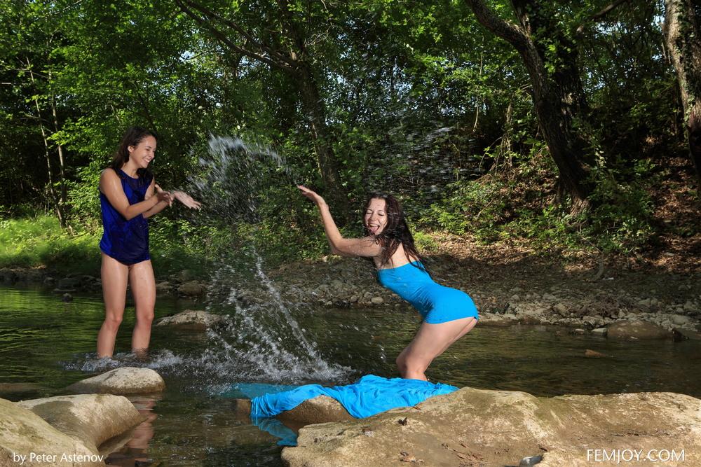 Arina и Natie возле лесной реки