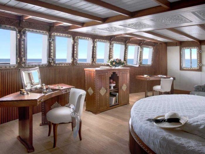 6. Каюта владельца площадью 66 кв. метров оснащена большими панорамными окнами, обеспечивающими мног