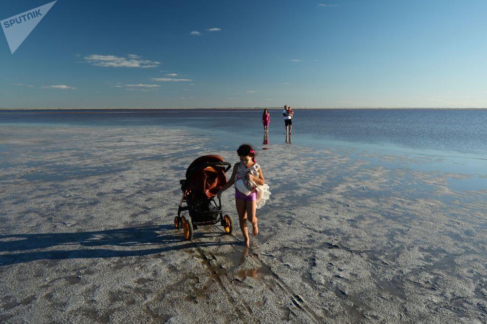 Воздух вокруг озер настолько насыщен солями, что даже обычная прогулка вдоль берега приносит пол