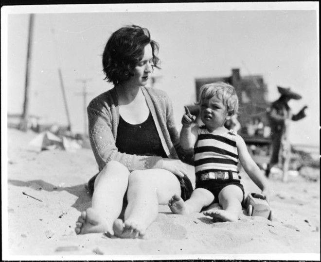 Калифорния, 1929 год.      Подросток Норма Джин Мортенсон в гостях у своей тети Анны.