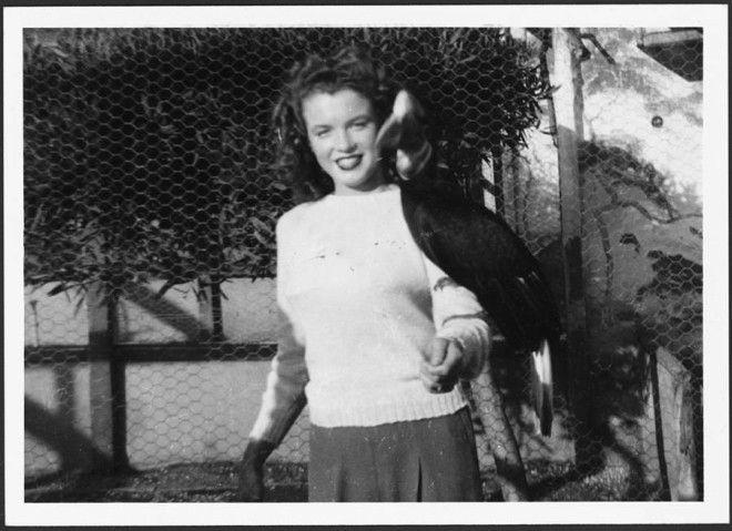 Калифорния, 1941 год.      Джеймс Догерти, теперь моряк, стоит с женой возле учебного ла