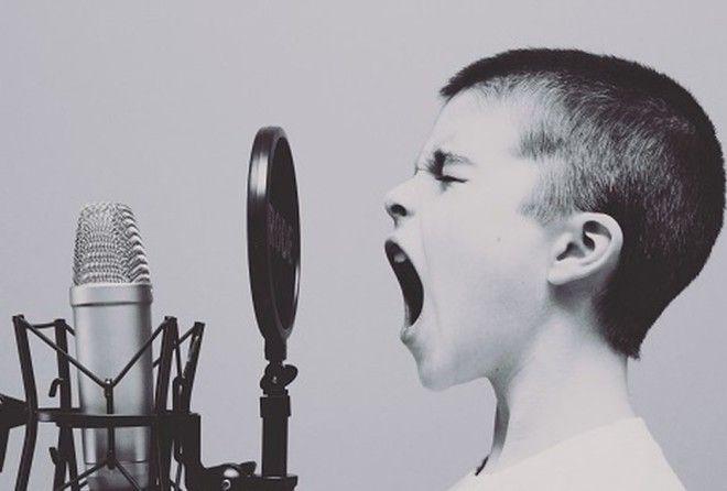 Вы можете испортить звучание связок с помощью регулярного курения, на время различных заболеваний, н