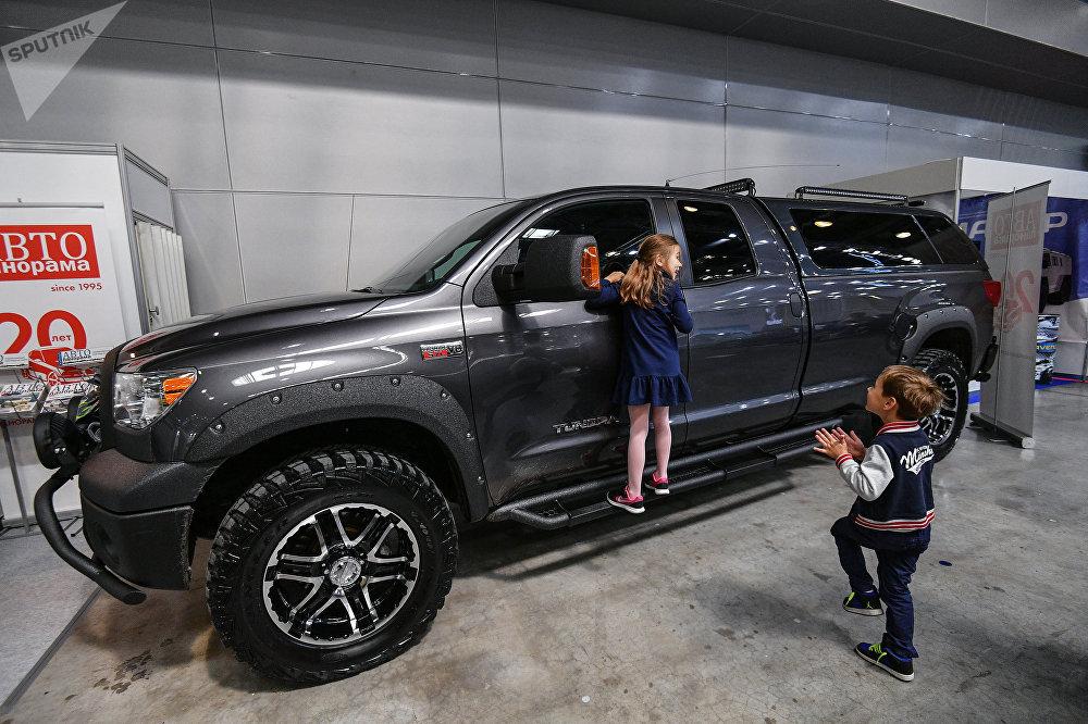 Toyota Tundra на выставке 2018 года в Москве по бездорожью.