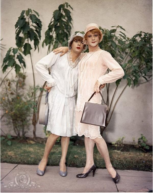 Для того чтобы актеры Джек Леммон и Тони Кёртис вживались в образы женщин, носили платья, правильно