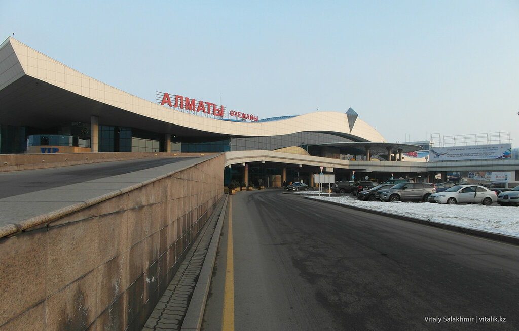 Парковка алматинского аэропорта.