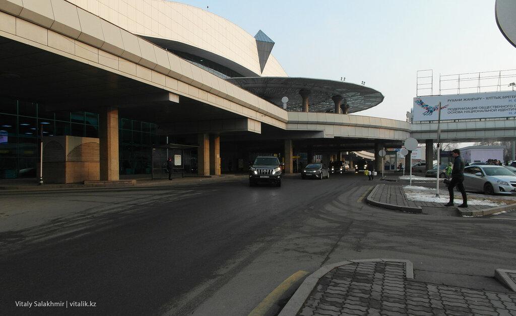 Вход в аэропорт Алматы.