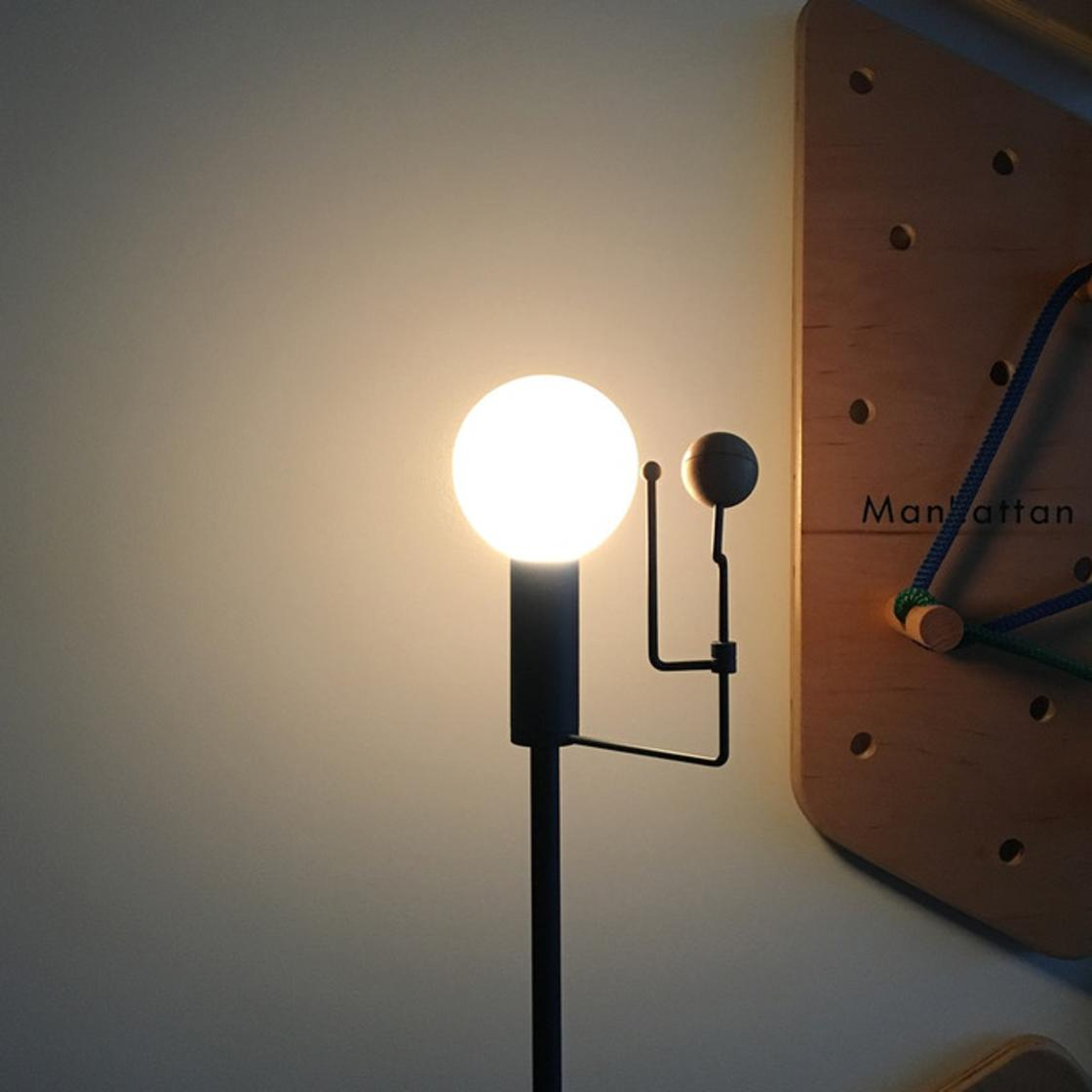 This lamp reproduces the movement of the Earth and the Moon around the Sun
