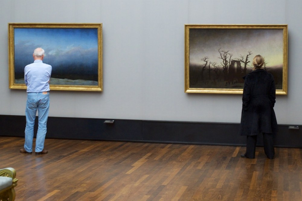 Museum Patrons Accidentally Matching Artworks Photographed by Stefan Draschan