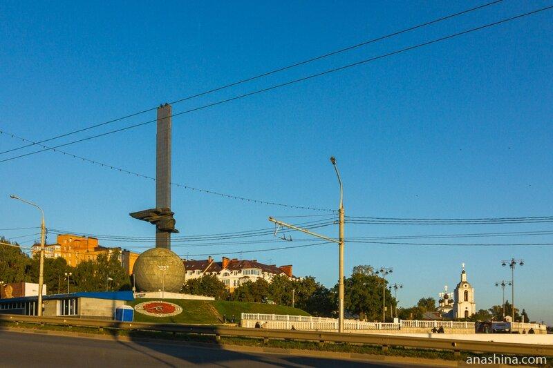 Памятник 600-летию Калуги и храм Преображения Господня