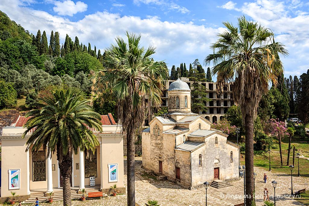 краеведческий музей и храм апостола Симона Кананита в Новом Афоне