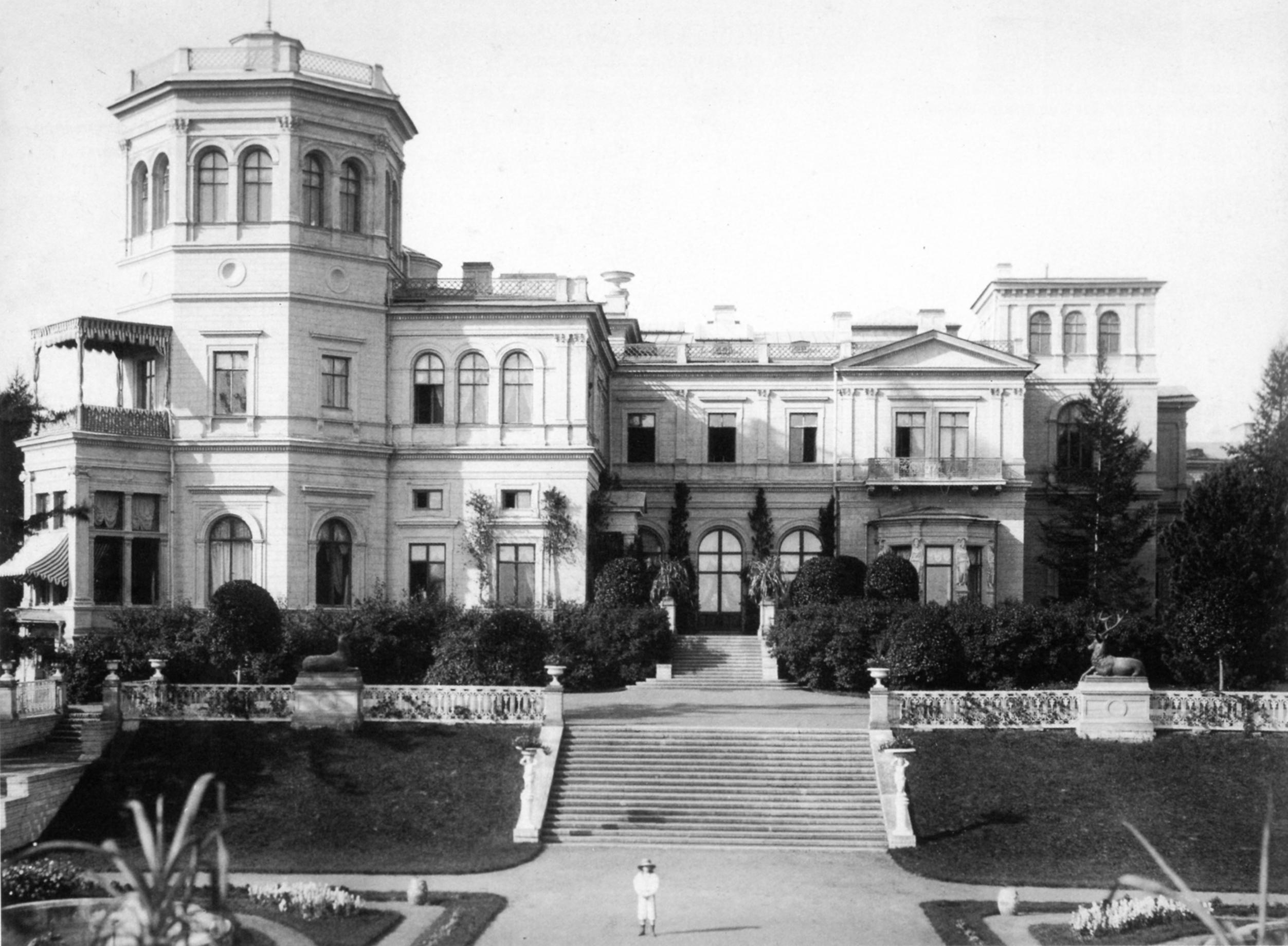 Северо-восточный фасад дворца и терраса. 1882