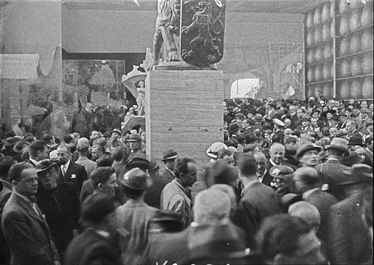Толпы посетителей в день открытия павильона Великобритании (20 июня 1937 года)