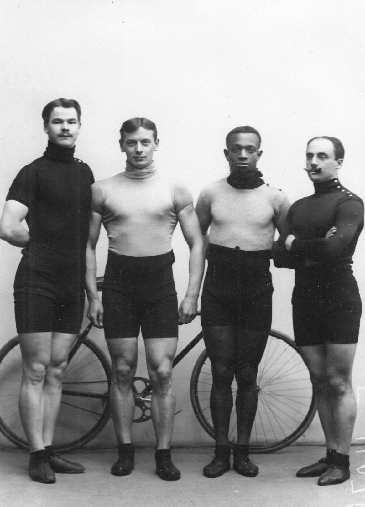 Известные гонщики во время международных соревнований в Санкт-Петербурге  чемпион Германии Майер, чемпион России Крульников, чемпион США Тейлор, чемпион Австрии Кудел. 1910