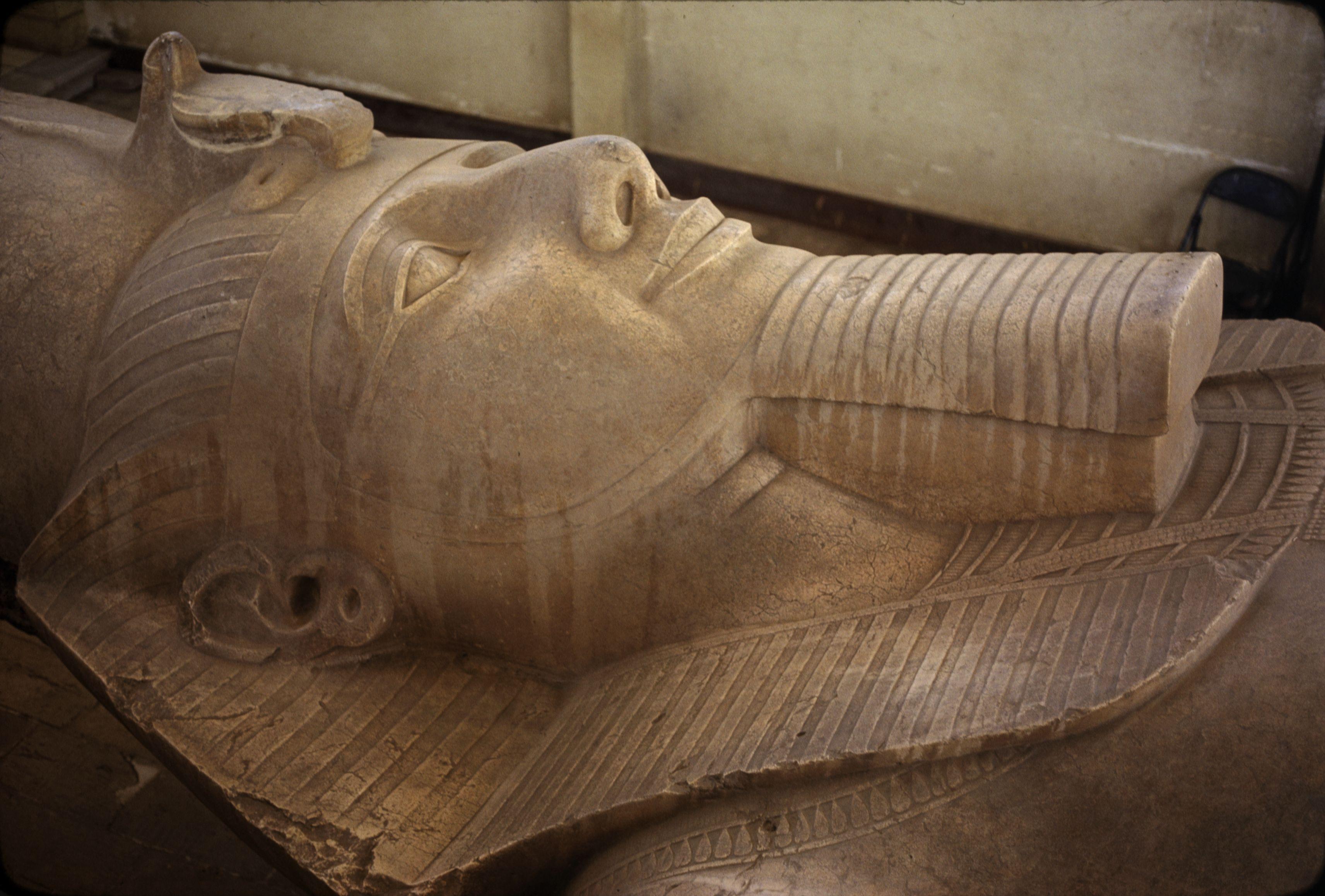 25. Мемфис. Статуя Рамзеса II с бородой