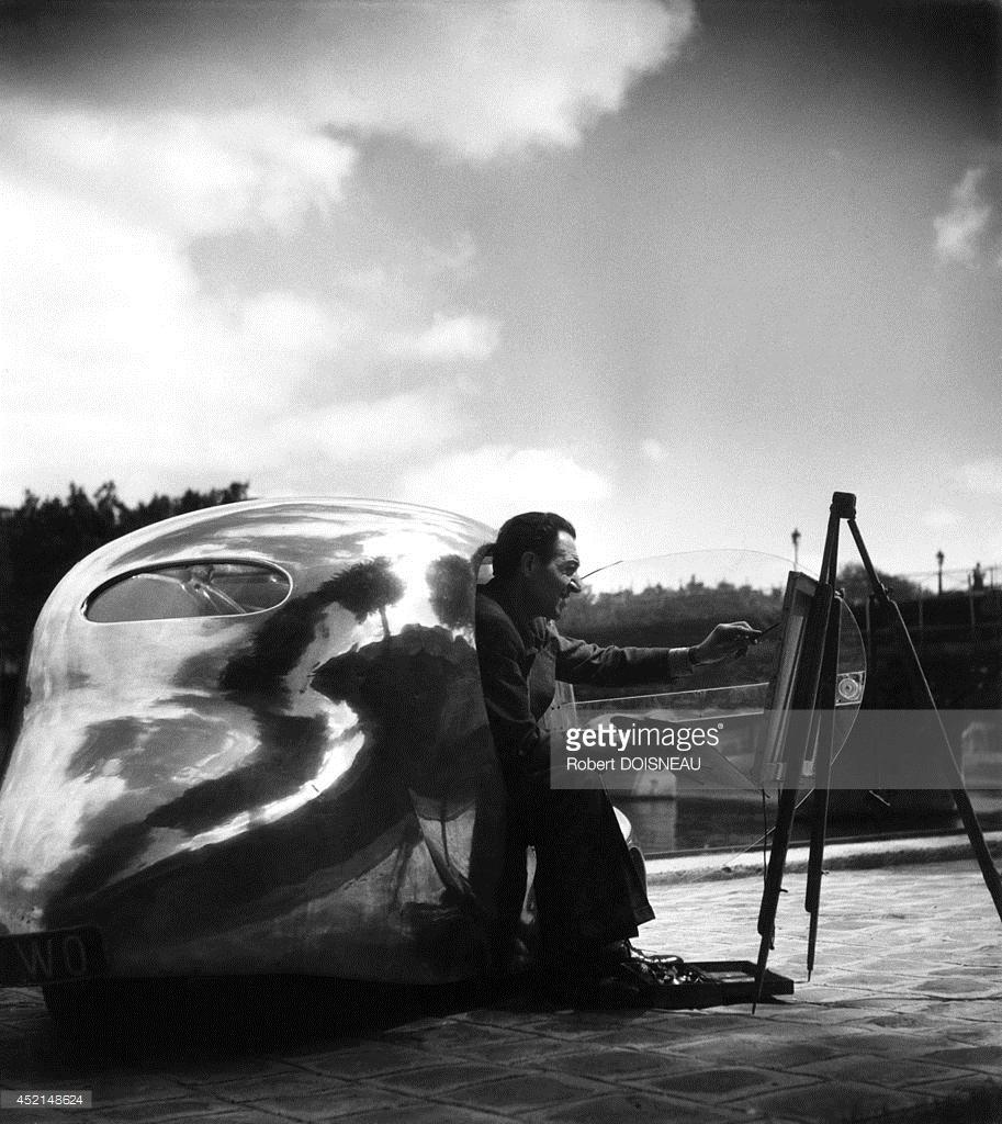 1944. Французский художник - конструктор железнодорожных локомотивов и легковых автомобилей Пол Арзенс и его кабриолет «La baleine» в Париже