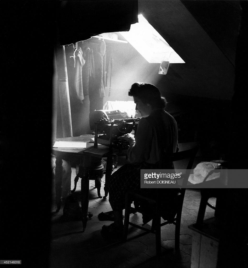 1945. Машинистка, работающая в мансарде
