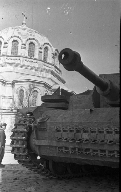 122 мм самоходная артустановка 1452 самоходного артполка 2 гв. армии на улице освобождённой Евпатории2.jpg