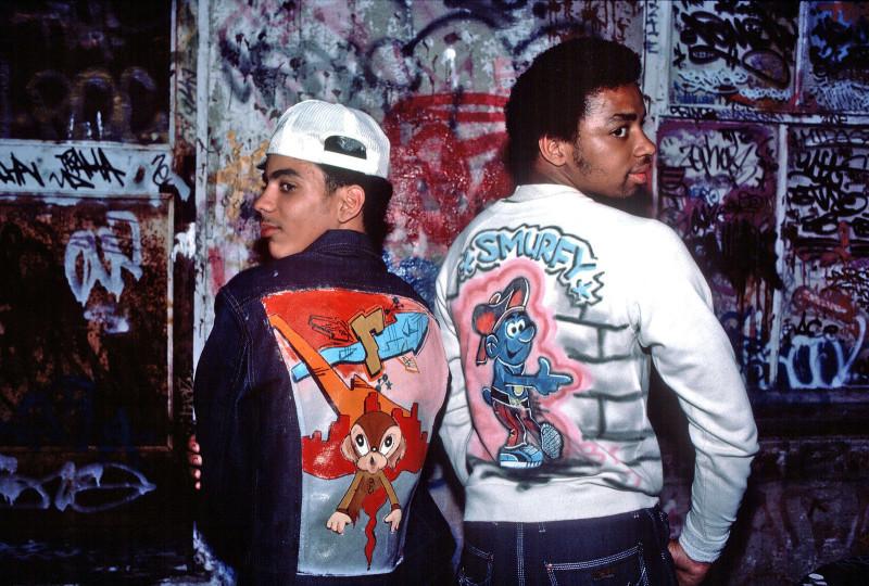 Граффити-художники показывают свою расписанную вручную одежду, Нью-Йорк, 28 июня 1975 года.