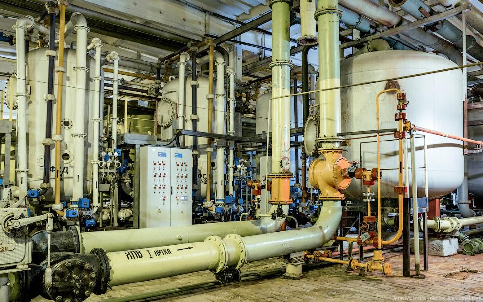 32. Вода перекачивается большими насосами. Степень очистки воды проверяется в химической лабора