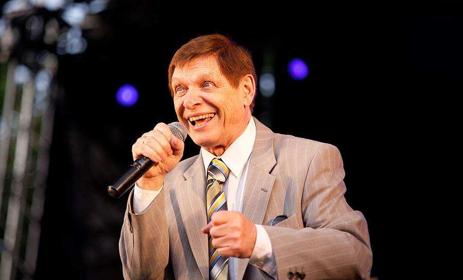 О неожиданной популярности певец узнал от своего внука, который, придя домой из школы, напевал «Ла-л