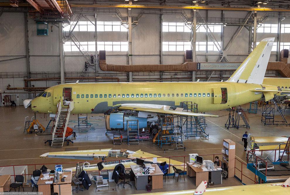 Далее самолет ждут заводские испытания и первый полет. На данный момент 10 машин находятся в