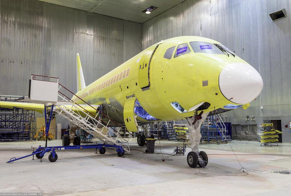 В ангаре еще один самолет для мексиканской Interjet. Этот, с серийным номером 95028, впервые