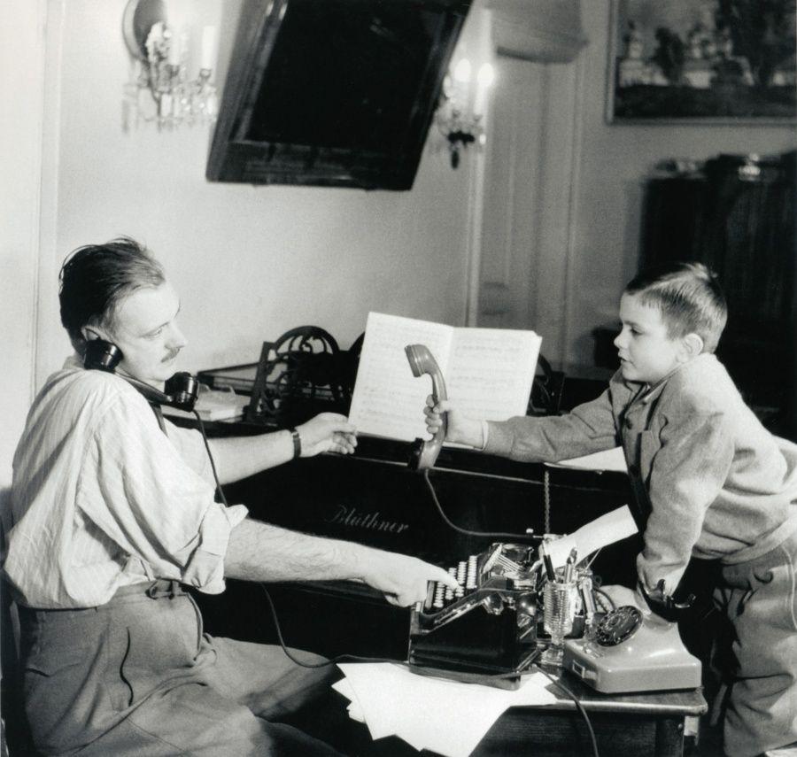 14. Писатель Сергей Михалков с сыном Никитой, 1952 г.