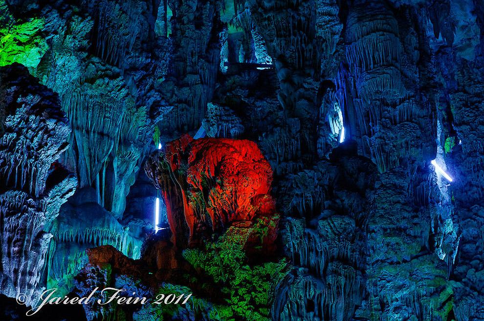 В Пещера Тростниковой Флейты есть более чем 70 наскальных надписей, датированных 792 годом н.