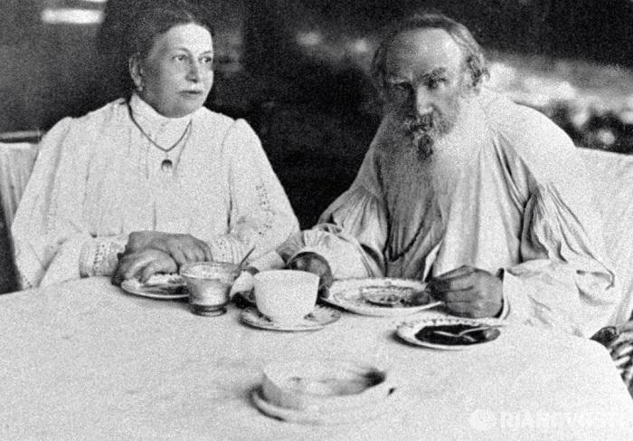 Этот брак продлился долгих 48 лет. Со стороны казалось, чета Толстых – идеальная пара. Он – граф, та