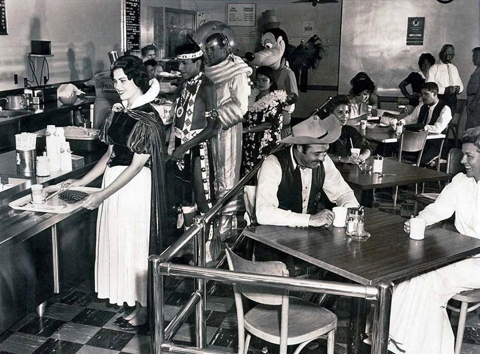 14. Кафетерий работников Диснейленда , 1961 год.