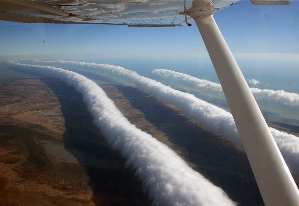 Это происходит по всей протяженности фронта: облако получается длиной до 1000 км и к тому же вращает