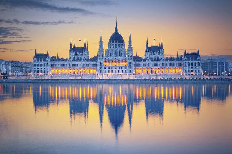Здание венгерского парламента в Будапеште на закате дня. Берег Дуная