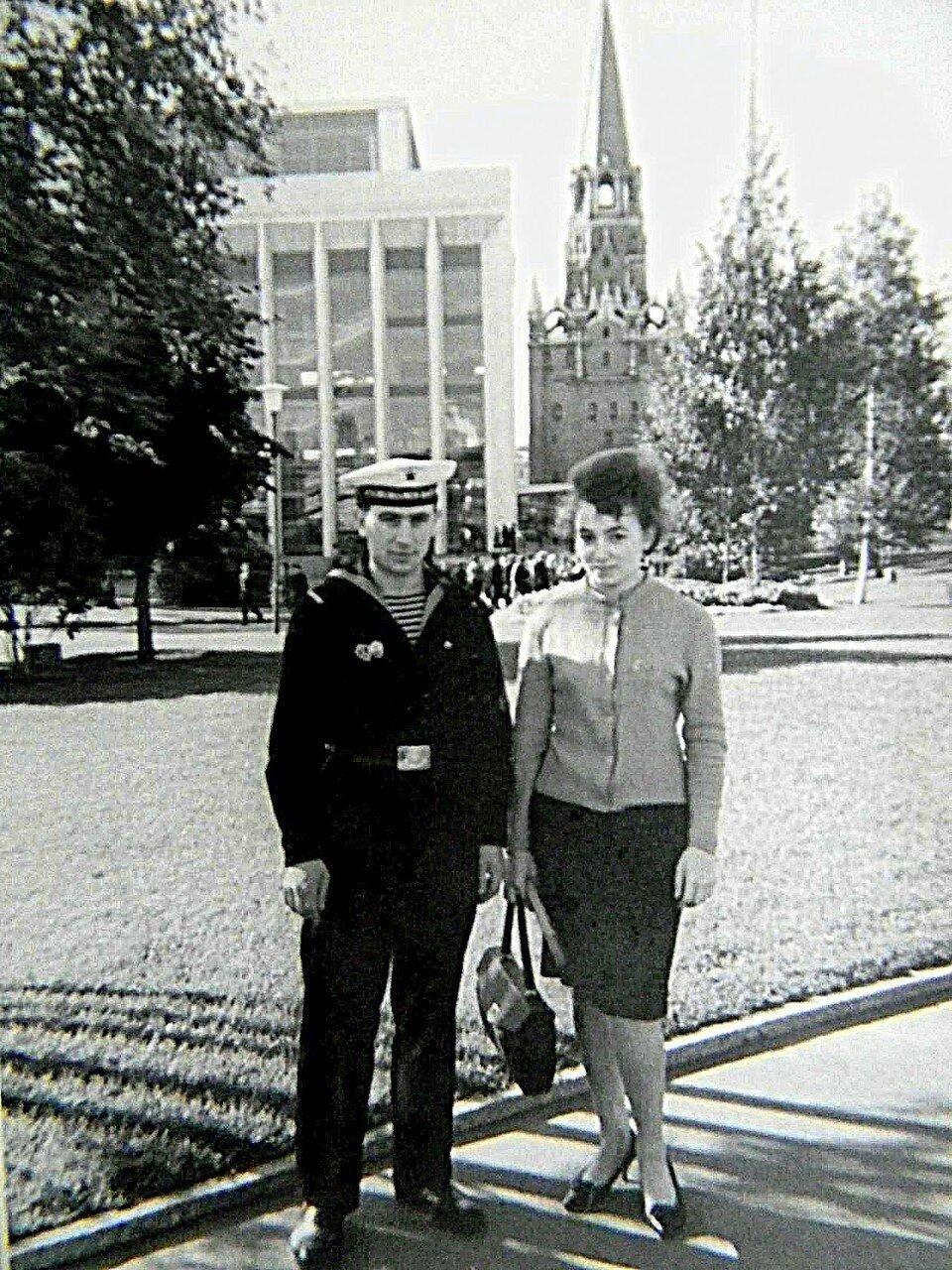 Ретро-фото из архива Марии Ульяновой (Шалаевой). (Я с братом в Москве!!).jpg