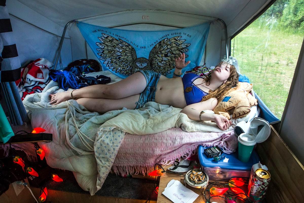 На диване среди леса хорошо балдеть в шатре