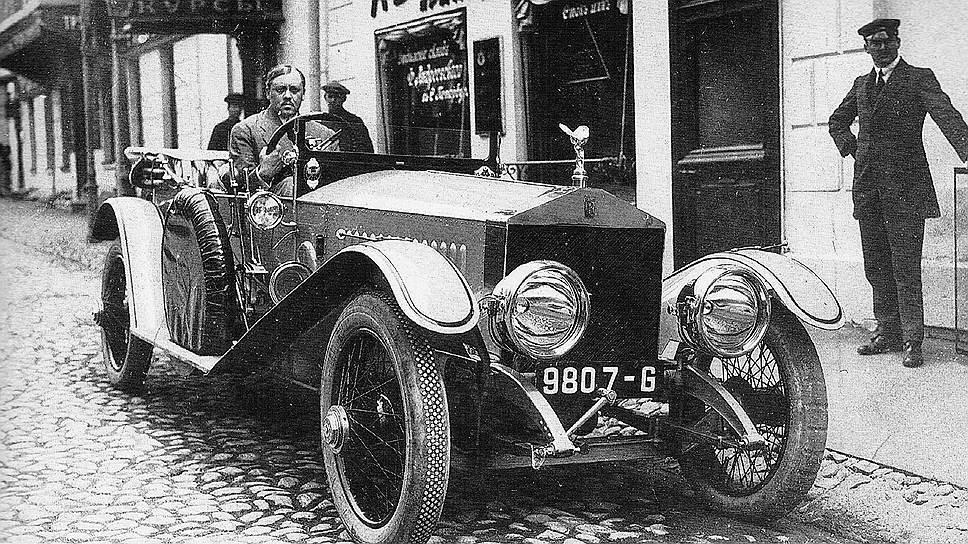 719590 Издатель журнала «Автомобилист» Алексеев в своем «Роллс-Ройсе» у здания редакции.jpg