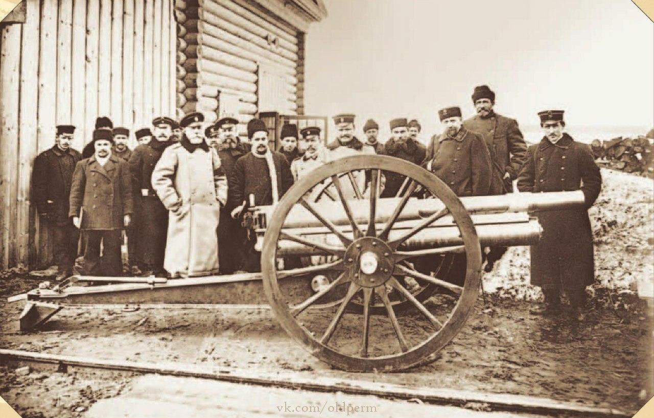 Полевая 3-дюймовая скорострельная полевая пушка образца 1902 г., знаменитая «трехдюймовка», на фоне группы заводских инженеров, мастеровых и чинов артиллерийской приемки