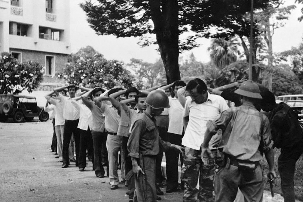 Обыск сдавшихся защитников президентского дворца. 30 апреля 1975